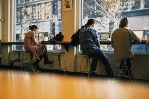 Travailler toute la journée dans une mauvaise position (photo) à Pessac Centre peut entrainer des blocages et douleurs comme sur la photo.