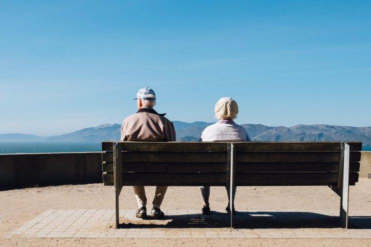 Les seniors ont besoin de faire reposer leur dos sur un banc